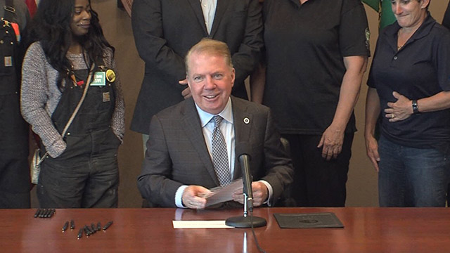 Mayor Murray signs Priority Hire, bias-free policing measures