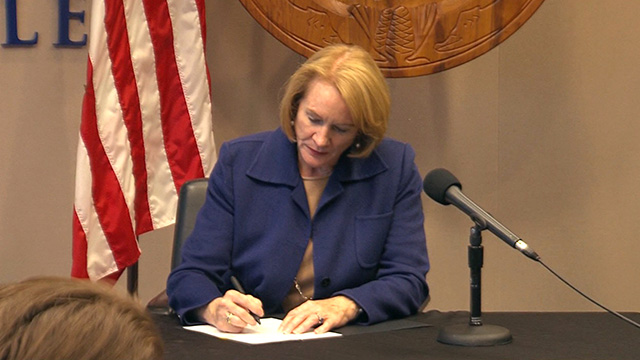 Mayor Durkan signs resolution opposing I-976